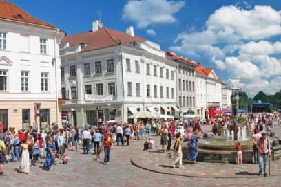 """Vor dem Rathaus erstreckt sich der belebte Große Markt mit Restaurants und Cafés. In seinem Zentrum befindet sich der Brunnen mit der Skulptur """"Küssende Studenten"""""""