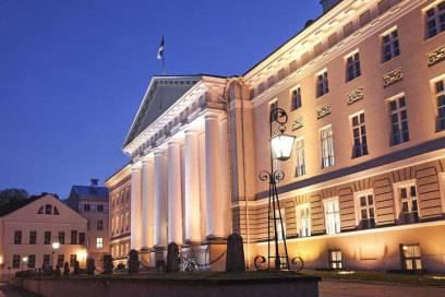 Tartu bei Nacht – das Universitätsgebäude mit seiner beeindruckenden Fassade ist dann immer noch ein Hingucker