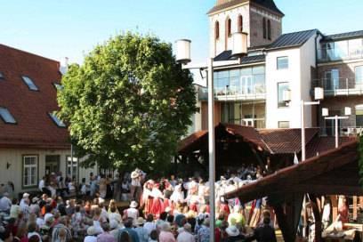 Im Antoniushof sind viele kreative Köpfe zu Hause – auf der Bühne im Innenhof wird im Sommer regelmäßig Theater gespielt und Musik gemacht