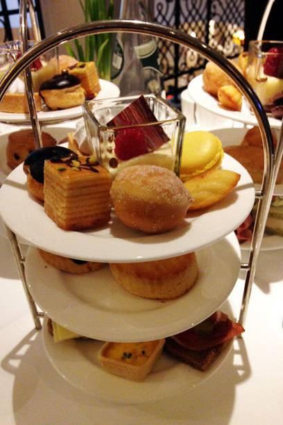 """Eine Etagere voll mit kleinen Leckereien gibt es zum """"High Tea"""" im Hotel Adlon in Berlin"""