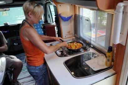 Wohnwagen haben in der Regel einen Küchenblock - ob man darauf auch wirklich Speisen kochen möchte, ist Geschmackssache. Der Kochgeruch bleibt oft lange hängen