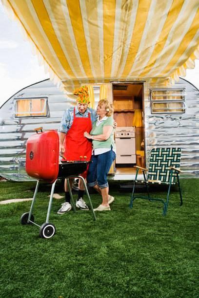 Wer mit dem Wohnmobil unterwegs ist, kann auch ganz klassisch grillen – es muss ja nicht immer die super ausgestattete Hightech-Küche sein