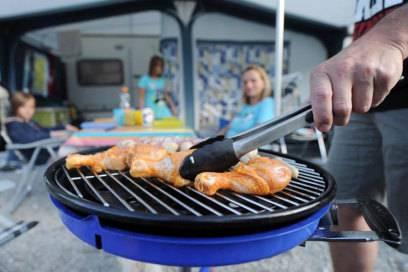 Auch wenn das Wohnmobil eine Küche hat, sollten Camper besser draußen ihr Essen zubereiten. So bleibt der Wohnraum frei von unangenehmen Gerüchen