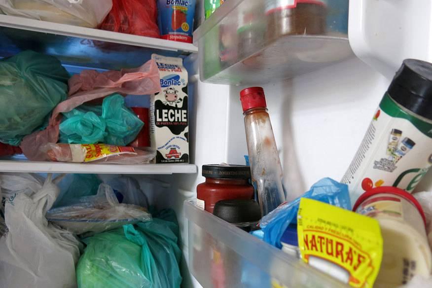 So sieht ein typischer Hostel-Kühlschrank aus. Wer soll da noch den Überblick behalten? Und vor allem: Kann man das noch essen?