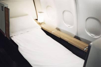 Fast wie daheim: ein bequemes Bett in der First Class von Swissair