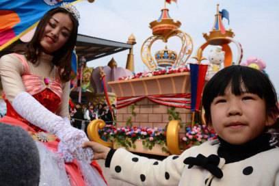 Buntes Spektakel: Bei der Hello-Kitty-Parade ziehen Festwagen vorbei, Tänzerinnen in Prinzessinnenkostümen schütteln den Kindern die Hände und lassen sich mit ihnen fotografieren