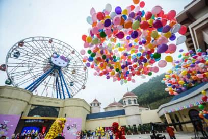 Ein großes Riesenrad mit dem Konterfei von Hello Kitty begrüßt die Besucher am Parkeingang