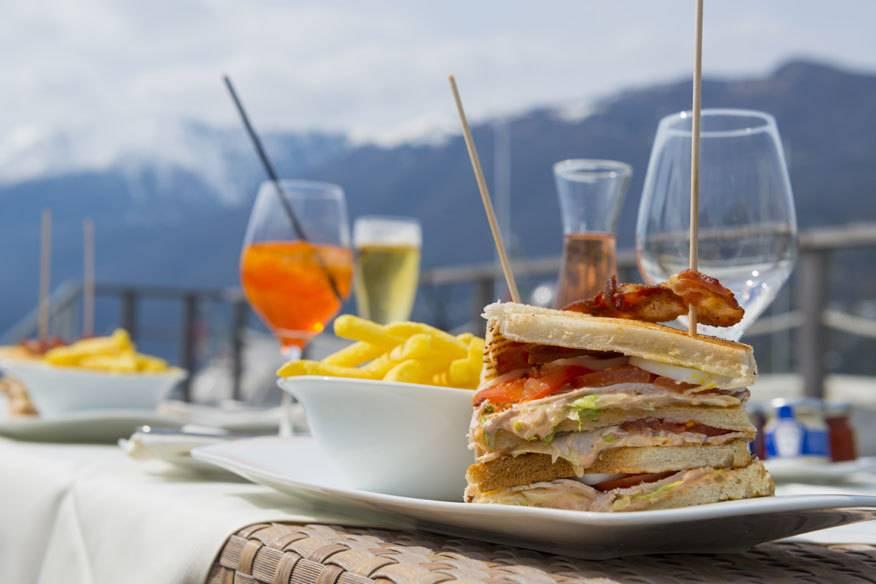 Wer sein Club Sandwich auf einer Hotelterrasse vor Schweizer Alpen genießen möchte, muss besonders tief in die Tasche greifen.