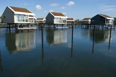 """Die Ferienhäuser in der Marina """"Im Jaich"""" in Lauterbach stehen nicht am, sonder direkt im Wasser"""