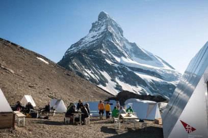 Futuristisch sehen die Metallhütten im Basislager des Matterhorns aus