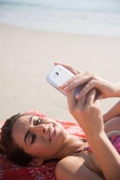 Statt am Strand aufs Meer zu blicken, surfen viele lieber mit dem Smartphone durch die digitale Welt