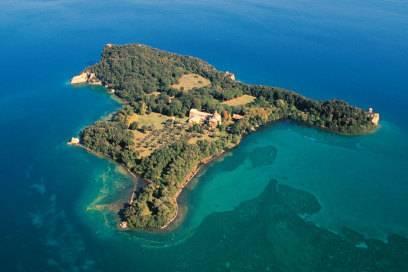 Die Isola Bisentina im Bolsena-See. Auf der 17 Hektar kleinen Insel stehen unter anderem zwei Kirchen und eine Kapelle, die besichtigt werden können