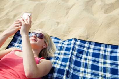 Vorsicht am Strand! Im Sand sollte das Handy besser nicht landen