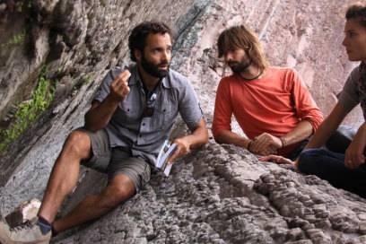 Geologe Asier Hilario (links) erklärt den Wanderern die geologische Bedeutung des Flysch