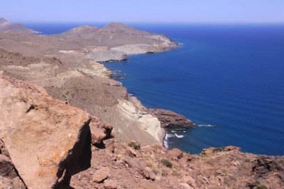 Von wegen Palmen: Der Küstenweg im Naturpark Cabo de Gata sieht stellenweise so aus, als führe er über die Oberfläche eines fremden Planeten