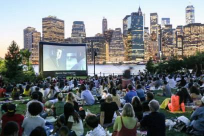 Der New Yorker genießt Romantik auch gern mal in der Masse: Freiluftkino im Brooklyn Bridge Park