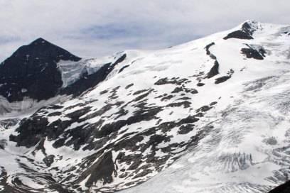 Der Großvenediger hat immer noch stattliche Gletscher – an vielen Stellen sind sie von tiefen Spalten durchzogen