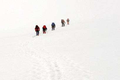 Seilschaft am Gletscher auf dem Weg zum Gipfel des Großvenediger – im Nebel kann sich die Wegführung sehr schwierig gestalten