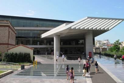 Der moderne Komplex aus verkantet übereinander liegenden Geschossen wurde erst 2009 eröffnet