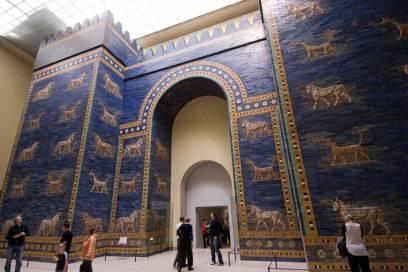 Das Ischtar-Tor im Pergamonmuseum in Berlin. Es war einst das Stadttor von Babylo.