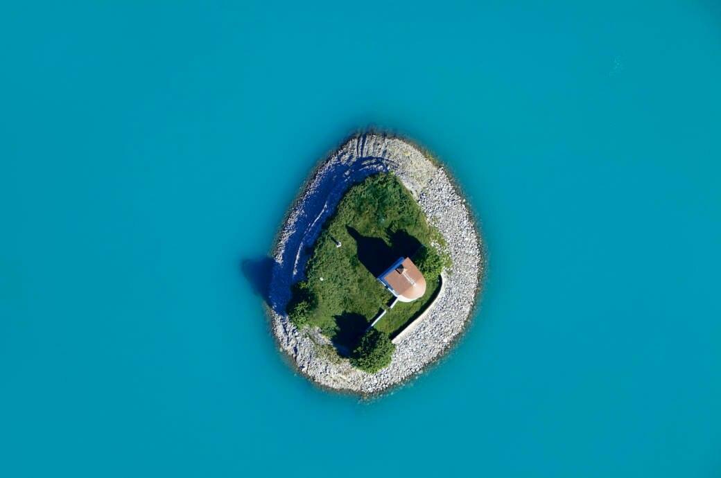 Insel mit Kirche im Stausee Lac de Serre-Ponçon, Frankreich