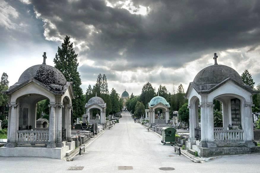 Auf dem Mirogoj-Friedhof in Zagreb haben viele bekannte Persönlichkeiten ihre letzte Ruhe gefunden. Er zählt, auch aufgrund seiner Gestaltung als Parkanlage, zu den beliebtesten Sehenswürdigkeiten der der kroatischen Hauptstadt.