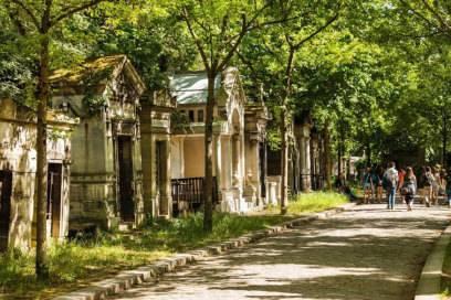 Als der gewaltige Père Lachaise gebaut wurde, schlossen viele kleinere Pariser Friedhöfe. Hier kann man opulent geschmückte Gräber bestaunen.