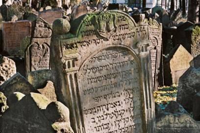 Dicht gedrängt stehen die Grabsteine auf dem alten jüdischenFriedhof in Prag. Rund 100 000 Menschen wurden dort auf einer Fläche von nur einem Hektar begraben.
