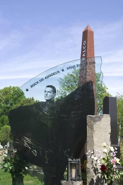 Auch der große Falco ruht auf dem Wiener Zentralfriedhof. Sein Grab ist ein beliebtes Ausflugsziel von Fans der österreichischen Musiklegende.
