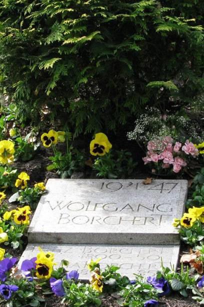 Dieses Grab des Schriftstellers WolfgangBorchert befindet sich auf dem Friedhof Ohlsdorf in Hamburg.