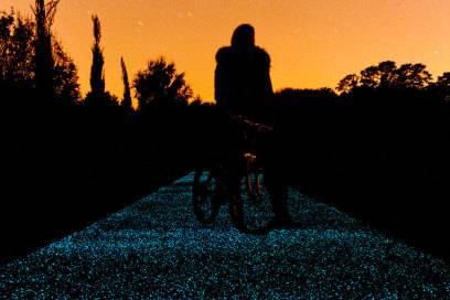 Der blau leuchtende Parkweg in Cambridge. Die Entwickler hoffen, dass die Methode zukünftig eine günstige Alternative zur verkehrssicheren Ausleuchtung von Gehwegen sein könnte
