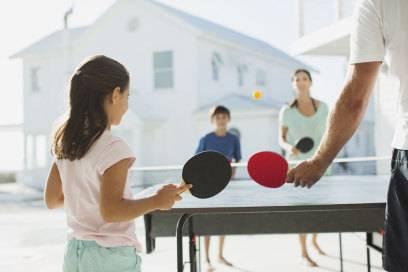 Gehört nicht selten zur Grundausstattung einer Ferienwohnung: Tischtennisplatte samt Schläger