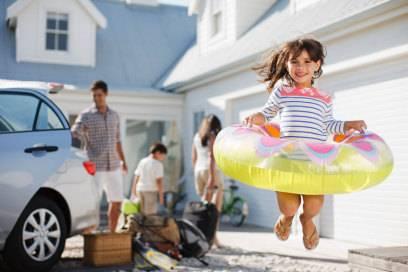 Wer Spielzeug wie Schwimmreifen daheim lassen möchte, fragt den Vermieter, ob er nicht welches zur Verfügung stellen kann