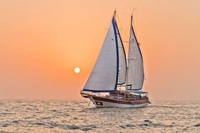 Ein Segelboot vor der Küste von Ras Al Khaimah