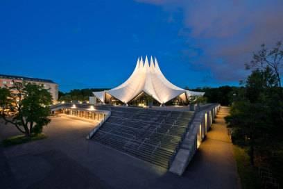Der Entwurf des Neuen Tempodroms wurde inspiriert von der Kathedrale in Brasilia von Oscar Niemeyer, der dabei einst auch schon ein Zelt vor Augen hatte