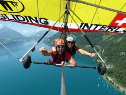Beim Drachenfliegen kann man die Schweizer Berge frei wie ein Vogel genießen