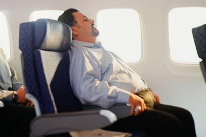 Je nachdem, wie korpulent die Person auf dem Vordersitz ist, kann sich der Sitz unter Umständen weiter als technisch vorgesehen neigen