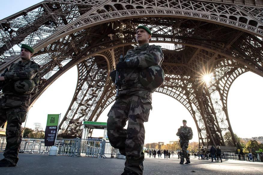 Soldaten bewachen den Eiffelturm