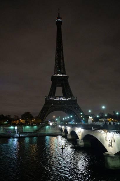 Der Eiffelturm ist bis auf Weiteres für Besucher geschlossen. Nach den Anschlägen wurde auch die Beleuchtung ausgeschaltet.