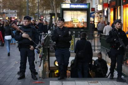Beamte der französischen Gendarmerie bewachen die Metro-Station République