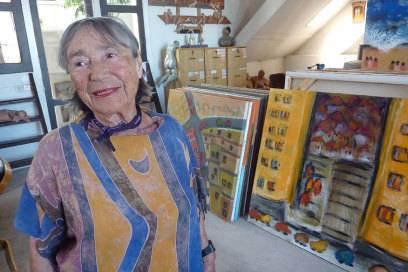 Leah Majaro-Mintz, die Ur-Enkelin von Shimon Rokach, in ihrem Atelier im Jahr 2011
