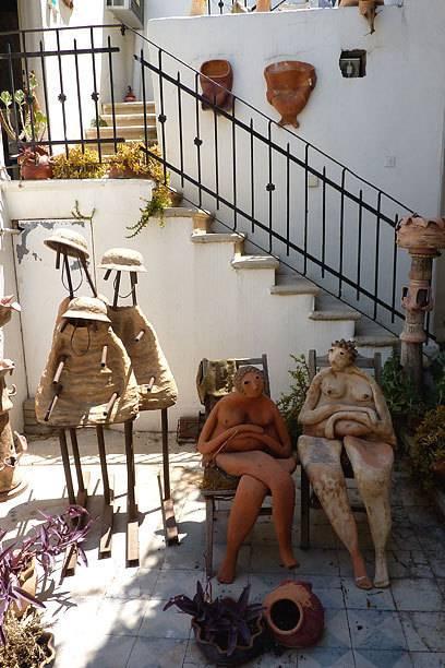Auch im Innenhof des Hauses von Leah Majaro-Mintz sitzen ihre berühmten Tonfiguren