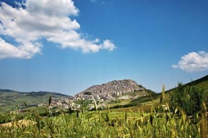Idyllisch liegt das Dorf Gangi da, umgeben von weiten Feldern und schönen Wanderwegen