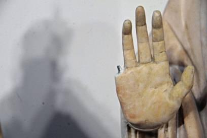 Schnapp, war er ab: ein amerikanischer Tourist fummelte an Madonnas Finger rum