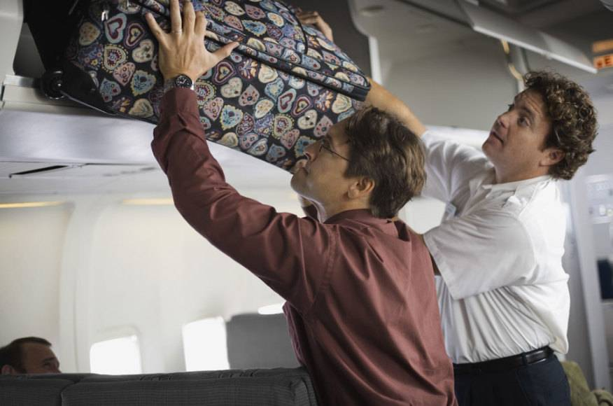 Das sieht schwer nach Übergewicht beim Handgepäck aus. Offensichtlich hat bei diesem Fluggast niemand darauf geachtet.