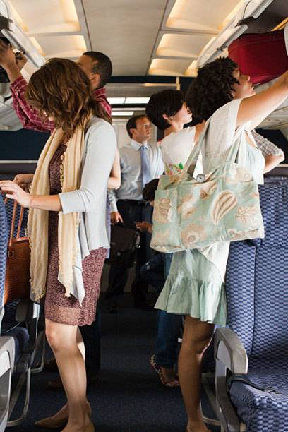 Die Suche nach einem Platz im Handgepäckfach ist einer der Gründe, warum das Boarding sich zuweilen in die Länge zieht