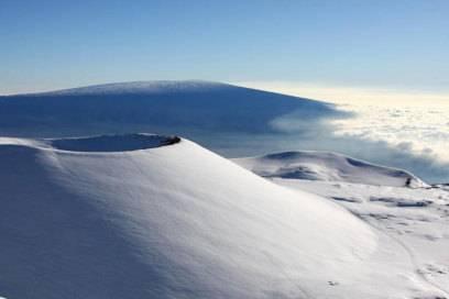 Bei Hawaii denken die meisten an Strände und Surfen – doch die Inselgruppe hat viele Klimazonen zu bieten. Auf dem Mauna Kea liegt zum Beispiel Schnee.