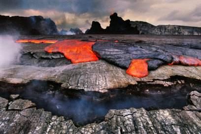Spektakuläres Naturschauspiel: Im Volcanoes National Park bekommen Touristen zwar nur selten spritzende Lava zu sehen, aber dafür jede Menge Lavagestein und dampfende Felder.