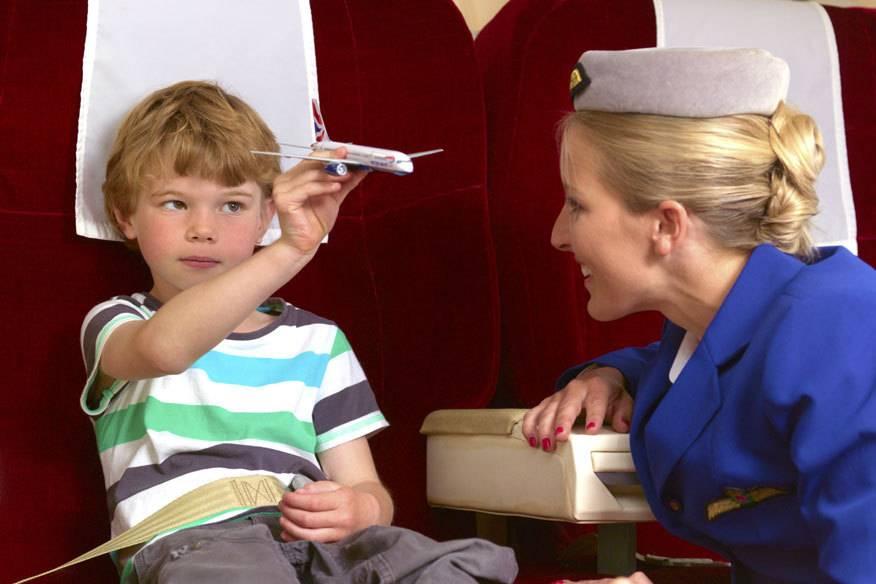 Muss ein Kind alleine einen Flug antreten, bieten viele Airlines einen Begleitservice