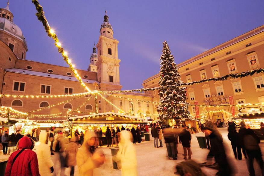 Der Salzburger Christkindlmarkt zählt zu den schönsten Weihnachtsmärkten der Welt. Im Hintergrund: der Dom